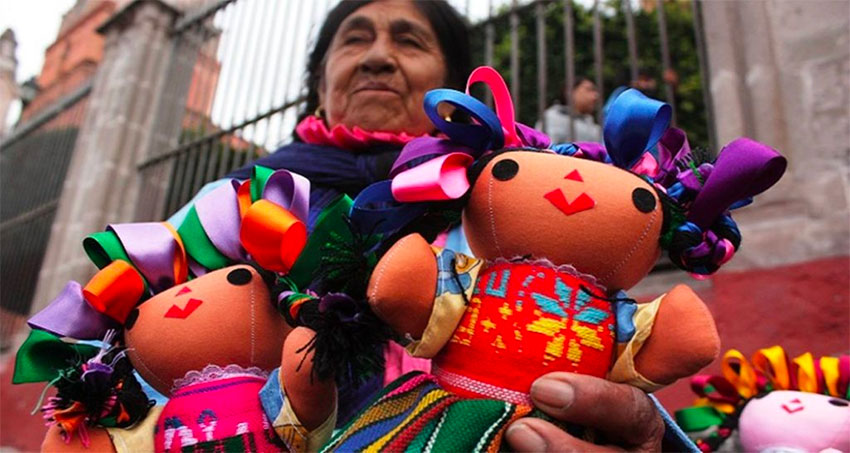 A street vendor and her María dolls.