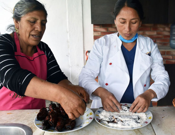 Concepción Fernández and daughter-in-law Guadalupe prepare chiles navideños.